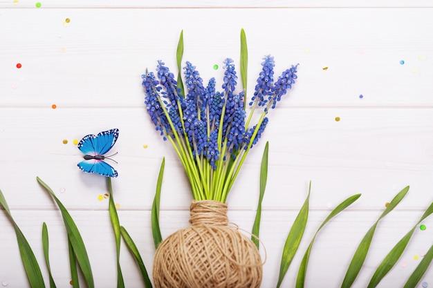 Muscari flores sobre madera