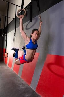 Muscle ups anillos mujer swing entrenamiento en gimnasio