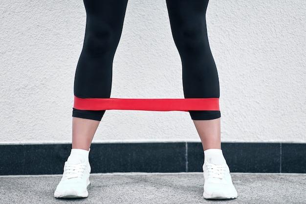 Muscular de la aptitud modelo de mujer que hace ejercicios