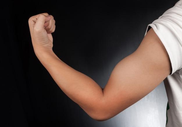 Los músculos de los hombres grandes sobre fondo negro.