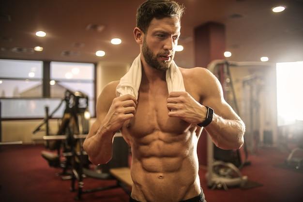 Musculoso hombre atlético