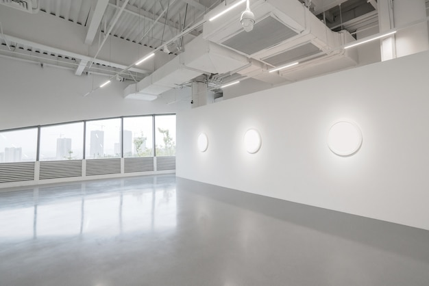 Museo de arte moderno. espacio interior de la galería vacía, paredes blancas y pisos grises.