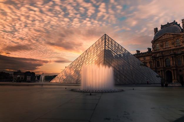 Museo del louvre pirámide en el centro de la ciudad de parís