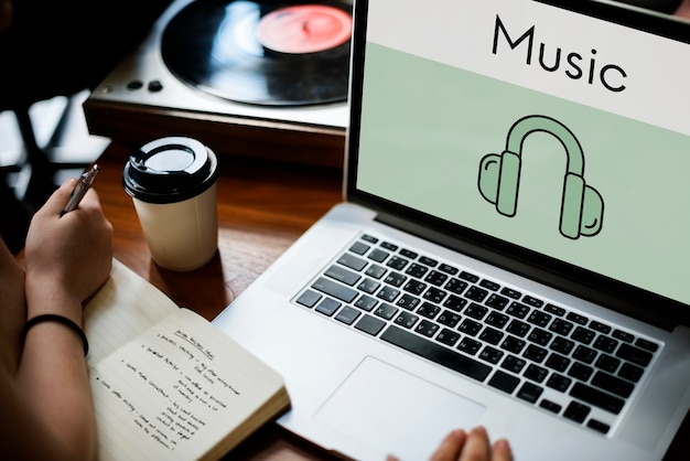 Música en línea en la computadora portátil
