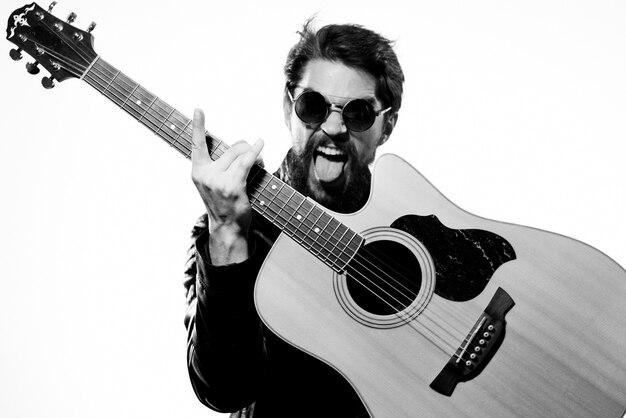 Música masculina chaqueta de cuero negra guitarra música realizada