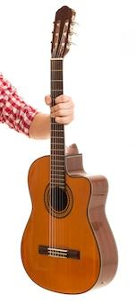 Música, primer plano. hombre sujetando una guitarra de madera