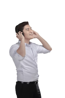 Música que escucha del hombre asiático joven con el auricular