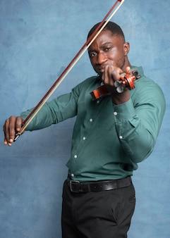 Músico afroamericano celebrando el día internacional del jazz