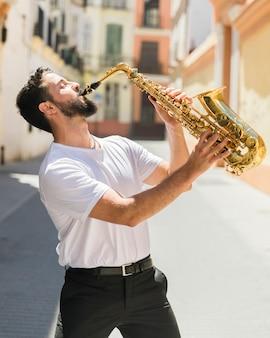 Músico apasionado actuando en la calle.