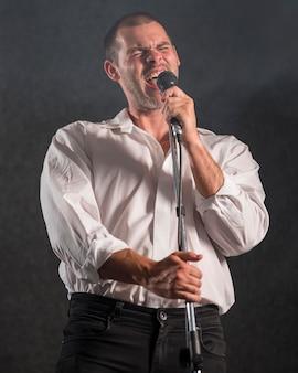 Músico de baja vista canta