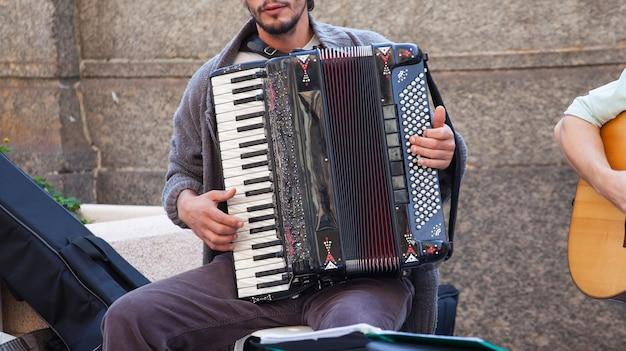 Músico callejero tocando el acordeón