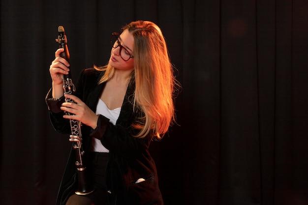 Músico celebrando el evento del día del jazz