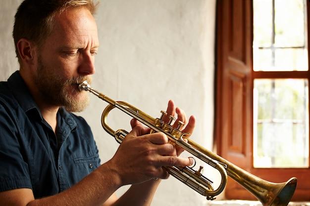 Músico concentrado tocando su instrumento