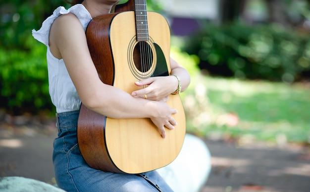 Músico manos y guitarra acústica