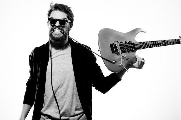 Músico masculino con guitarra posando