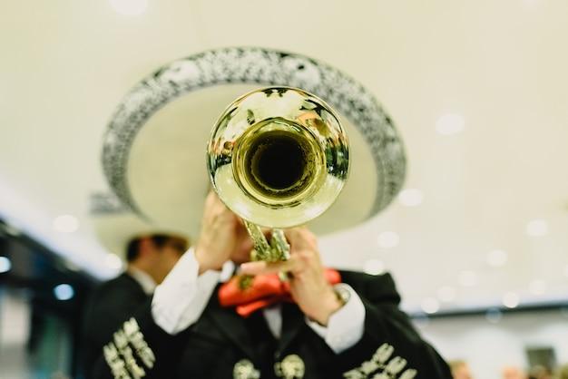 Músico mexicano con su trompeta y guitarras