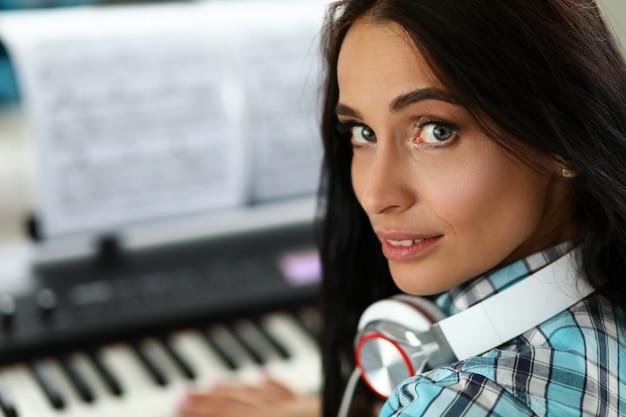Músico de mujer atractiva