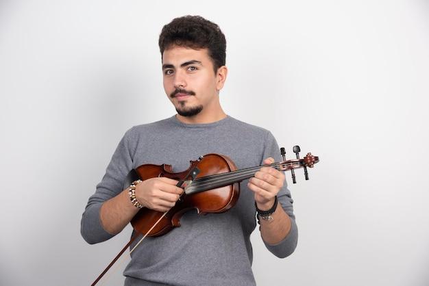 El músico toca una pieza clásica romántica en su violín.