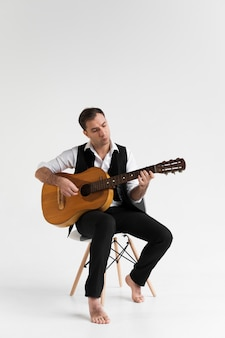 Músico tocando la guitarra clásica