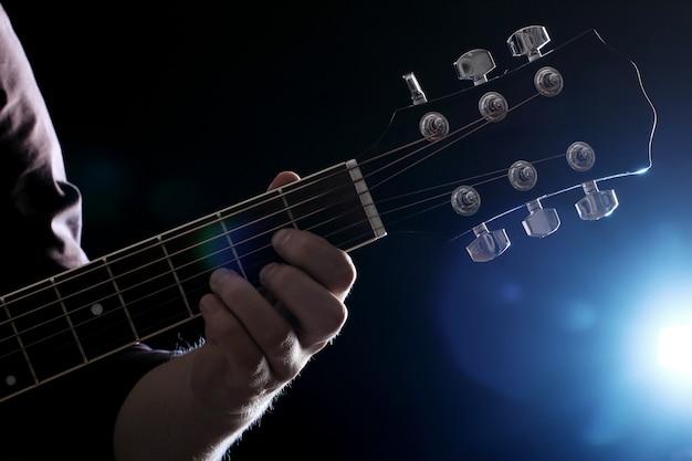 Músico tocando la guitarra