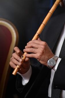 Músico tocando con ney árabe