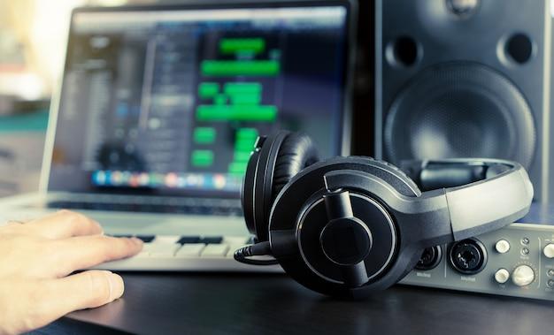 El músico está trabajando en su estación de trabajo de música casera