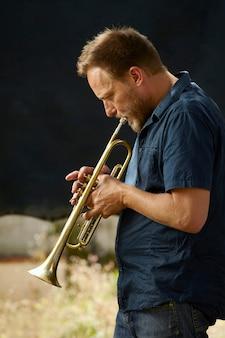 Músico veterano tocando la trompeta