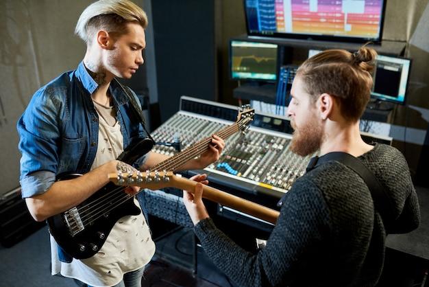 Músicos de coworking en estudio de grabación
