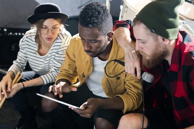 Músicos creativos trabajando en estudio