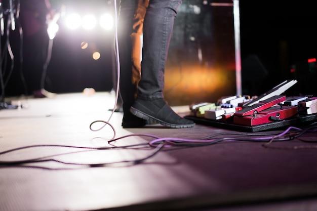 Músicos en el escenario durante un concierto