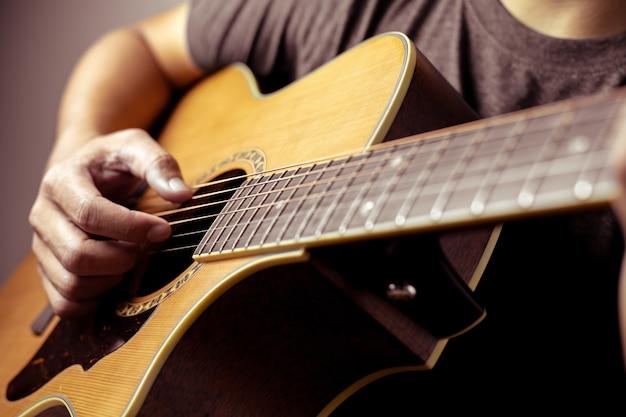 Los músicos están tocando la guitarra acústica.