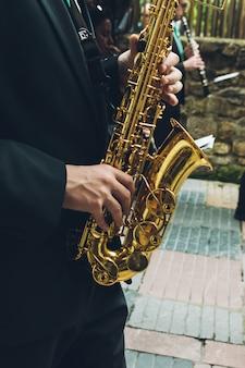 Músicos tocando saxo y oboe en la calle.
