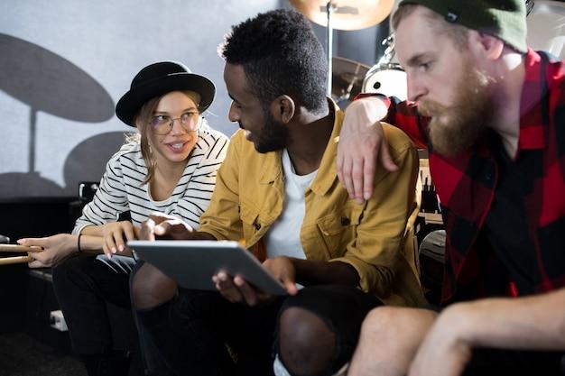Músicos trabajando en estudio