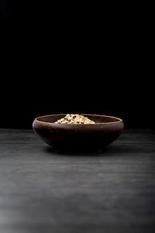 Musli bowl sobre un fondo negro