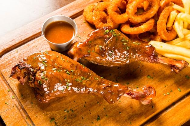 Muslo de pato con cebolla rebozada y frita