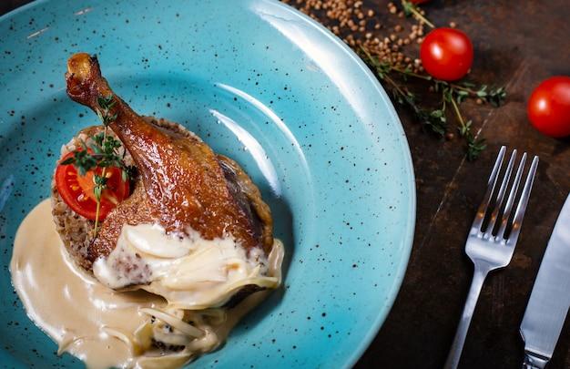 Muslo de pato frito con trigo sarraceno