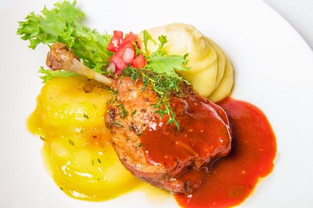 Muslo de pavo en salsa y puré de papas
