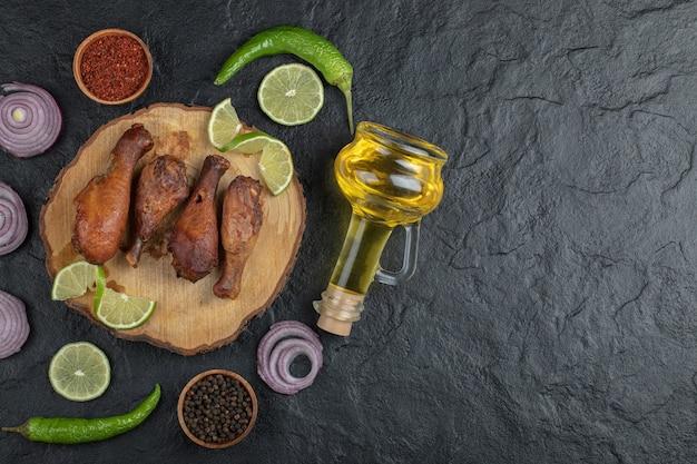 Muslo de pollo a la plancha con verduras sobre tabla de madera.