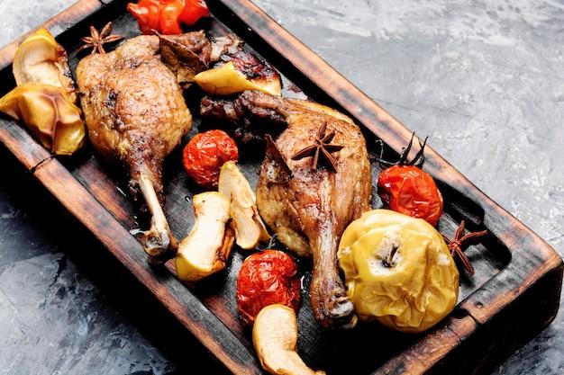 Muslos de pato con guarnición de verduras