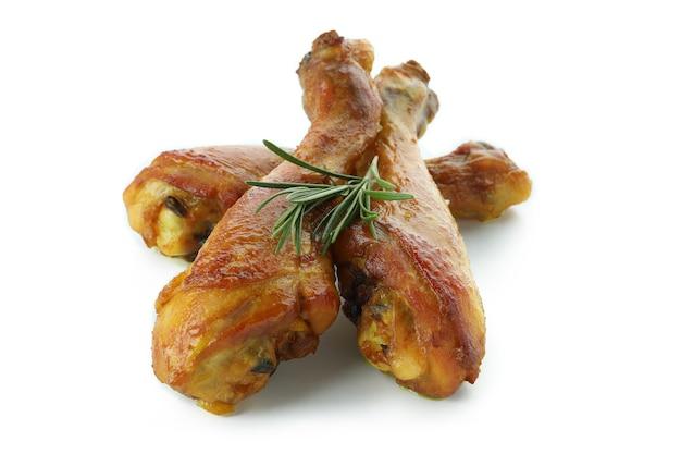 Muslos de pollo asado aislado sobre fondo blanco.