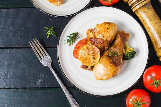 Muslos de pollo asados con verduras y hierbas.