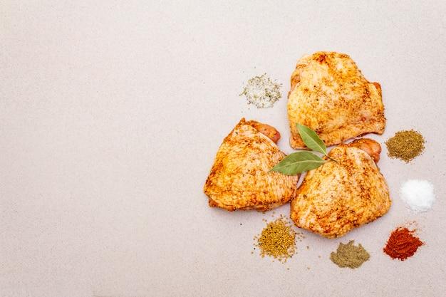 Muslos de pollo crudo con especias.