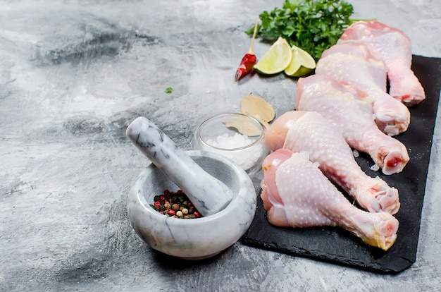 Muslos de pollo crudo con especias