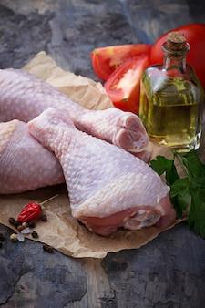 Muslos de pollo crudos con perejil. enfoque selectivo