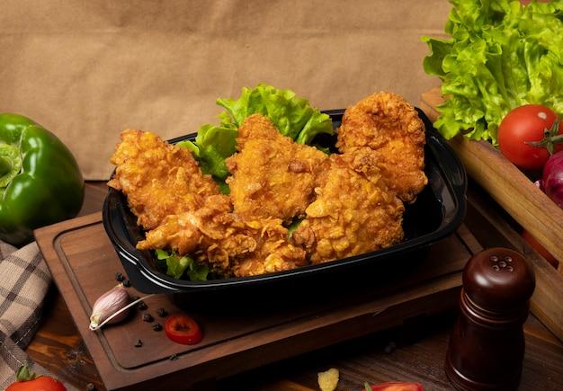 Muslos de pollo crujientes a la parrilla estilo kfc con galletas