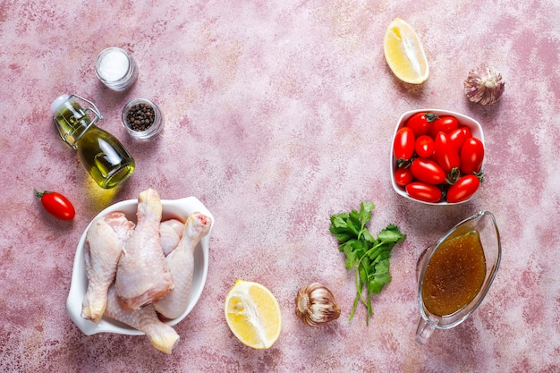 Muslos de pollo con especias y sal listos para cocinar.