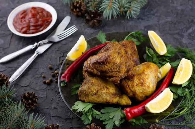 Muslos de pollo frito para la mesa navideña. muslos de pollo cocidos para vacaciones de año nuevo, comida casera