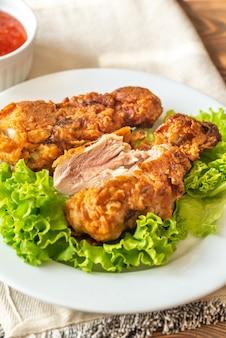 Muslos de pollo frito con suero de leche