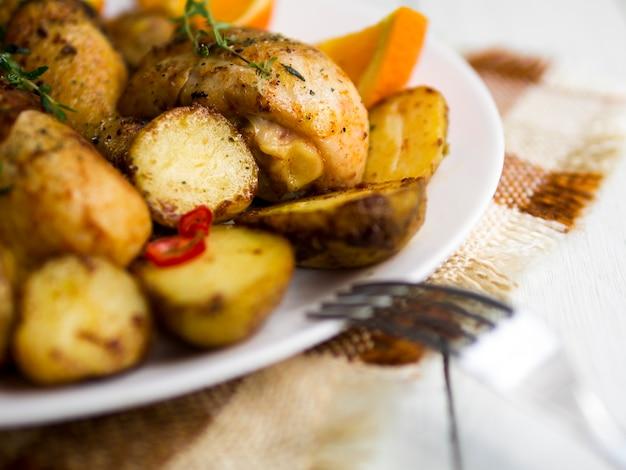 Muslos de pollo guisados con hierbas aromáticas
