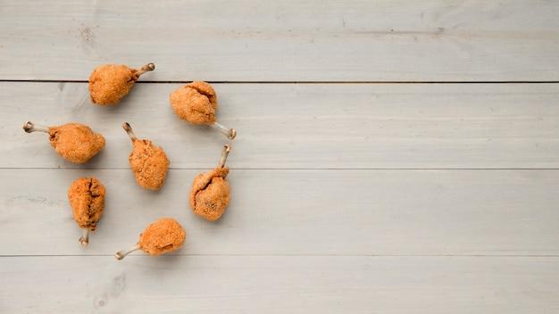 Muslos de pollo listos a la parrilla colocados en redondo